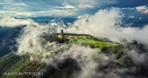 पर्वताच्या वर स्मारक